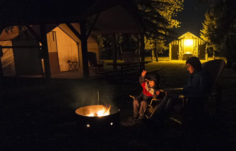 Campfire, gas barbecue ,comfort camping! Glamping in Dinosaur Provincial Park.